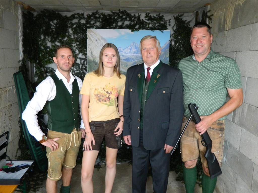 Jagdleiter Johann Zinggl (2 v.r.) und Ortsstellenleiter Johann Haibl (1 v.r.) samt Team beim Schießstand